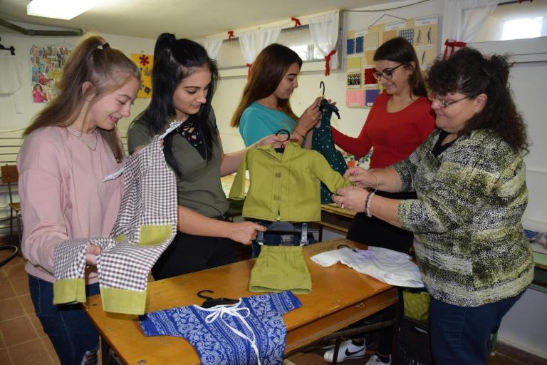 A lányok oktatójukkal, Kerepesiné Szőke Gyöngyivel
